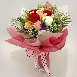 Karisik renklerde 11 adet gül buketi  Van çiçek gönderme