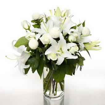 Van çiçek gönderme sitemiz güvenlidir  1 dal cazablanca 7 adet beyaz gül vazosu