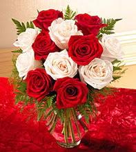 Van uluslararası çiçek gönderme  5 adet kirmizi 5 adet beyaz gül cam vazoda