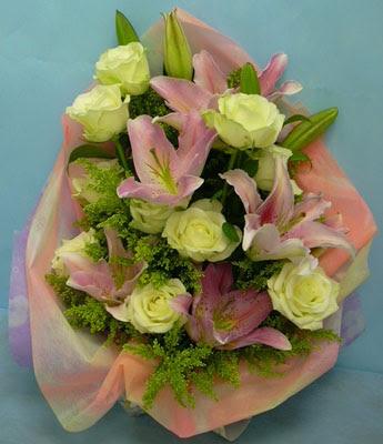 11 adet gül ve 2 adet kazablanka buketi  Van internetten çiçek satışı