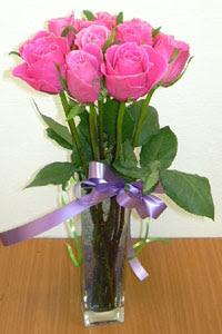 cam vazo içerisinde 11 adet gül  Van internetten çiçek satışı