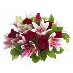 güller ve kazablnaklardan aranjman  Van anneler günü çiçek yolla