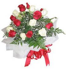 Van çiçek , çiçekçi , çiçekçilik  12 adet kirmizi ve beyaz güller buket