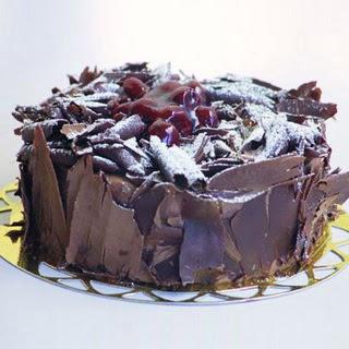 pasta yolla 4 ile 6 kisilik visneli çikolatali yas pasta  Van çiçek siparişi sitesi