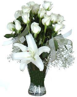 cam içerisinde 11 beyaz gül ve 1 kazablanka  Van çiçek siparişi sitesi