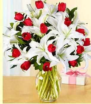 Van çiçek siparişi sitesi  3 kazablanka 10 kırmızı gül vazosu