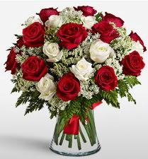 Vazoda 12 kırmızı 12 beyaz gül tanzimi  Van uluslararası çiçek gönderme