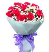 12 adet kırmızı gül ve beyaz kır çiçekleri  Van çiçekçi mağazası