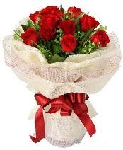 12 adet kırmızı gül buketi  Van anneler günü çiçek yolla