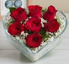 Kalp içerisinde 7 adet kırmızı gül  Van çiçek gönderme sitemiz güvenlidir