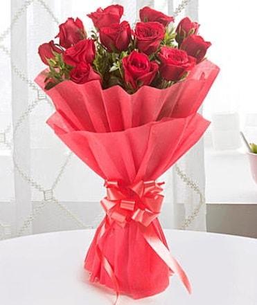 12 adet kırmızı gülden modern buket  Van çiçek yolla